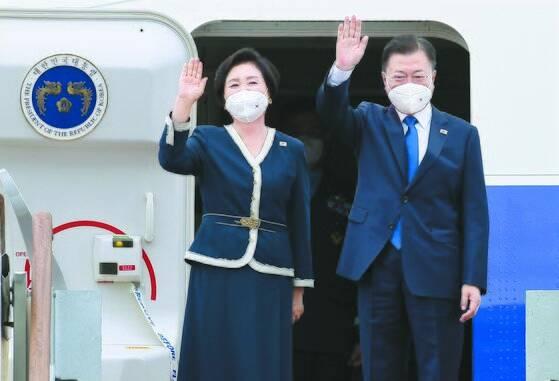 문재인 대통령과 김정숙 여사가 11일 G7 정상회의 참석을 위해 공군 1호기에 올랐다. G7 정상회의는 11~13일(현지시간) 영국 콘월에서 개최된다. [청와대 사진기자단]