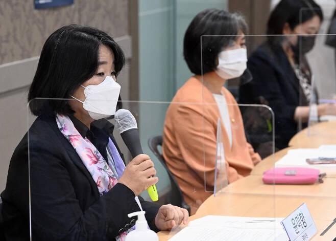[서울=뉴시스]국회사진기자단 = 윤미향 더불어민주당 의원이 19일 서울 여의도 이룸센터에서 열린 경비노동자 과로사 방지를 위한 국회토론회에서 인사말을 하고 있다. 2021.04.19. photo@newsis.com
