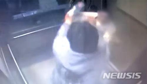 [인천=뉴시스] 김동영 기자 = 지난 5월23일 인천의 한 오피스텔에서 20대 친구를 흉기로 찔러 살해한 남성이 엘리베이터에서 흉기를 휘두르는 모습. 2021. 6.11. (사진=유가족 측 제공)
