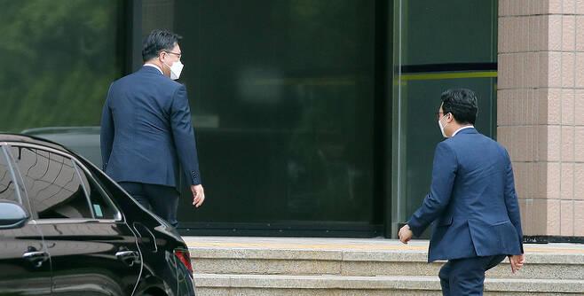 고위공직자범죄수사처가 윤석열 검찰 총장에 대한 수사를 진행하고 있는 가운데 10일 오후 김진욱 공수처장(왼쪽)이 정부과천청사 내 공수처 청사로 들어가고 있다. 연합뉴스