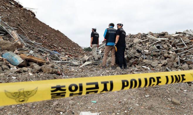 광주 동구 학동 재개발구역의 철거건물 붕괴 사고 사흘째를 맞은 11일 오전 안전보건공단 관계자가 현장 조사를 이어가고 있다. 연합뉴스