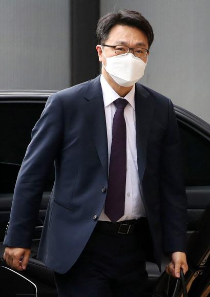 김진욱 고위공직자범죄수사처장이 10일 정부과천청사 사무실로 출근하고 있다.연합뉴스