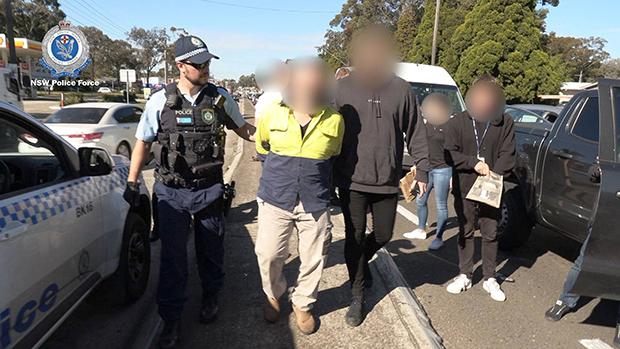 이번 체포는 해당 조직의 마약 공급 정황을 포착한 뉴사우스웨일스주경찰이 조직원들을 일망타진하기 위해 1년간 공을 들인 결과다. 지금도 수사는 계속 진행 중이다. 사진은 뉴사우스웨일스주경찰이 또다른 마약조직원을 체포하는 모습.