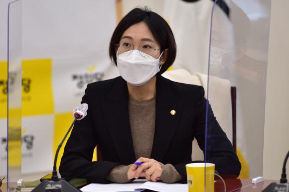- 2일 오전 국회에서 열린 정의당 의원총회에 장혜영 의원이 참석하고 있다. 2021. 2. 2 김명국 선임기자 daunso@seoul.co.kr