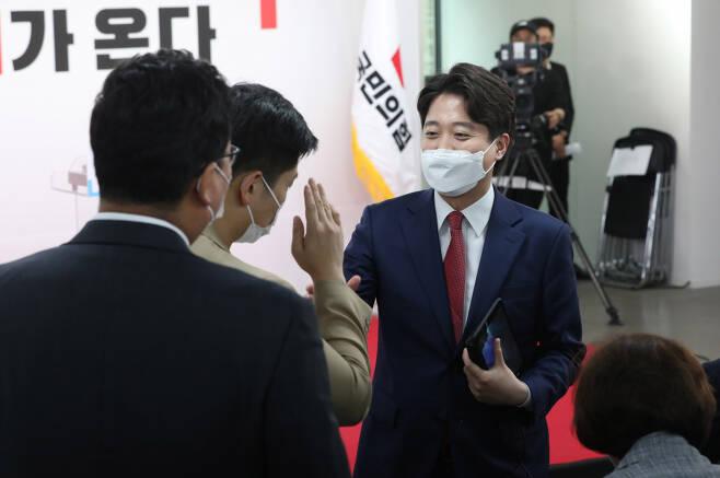 이준석 국민의힘 신임 당 대표가 11일 서울 영등포구 중앙당사에서 열린 전당대회에 입장하며 인사하고 있다. ⓒ연합뉴스