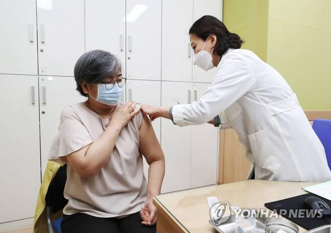 아스트라제네카 백신 1차 접종하는 정은경 청장 [연합뉴스 자료 사진]