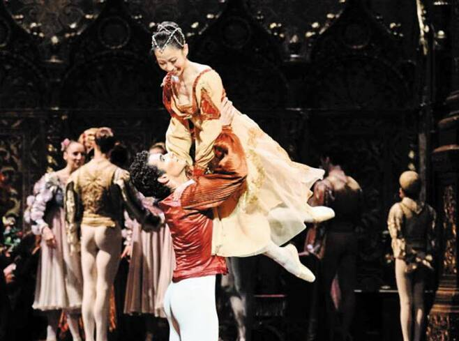 1년만에 연 '로미오와 줄리엣' 공연 후 날아든 희소식 - 프랑스 파리오페라발레단이 10일(현지 시각) 파리 바스티유 극장에서 올린 '로미오와 줄리엣' 개막 무대에서 줄리엣(박세은)이 로미오와 함께 춤추고 있다. 1급 무용수 박세은은 이날 공연이 끝난 뒤 에투알로 지명됐다. 1669년 창단한 이 발레단에서 동양인 에투알이 나오기는 처음이다. /파리오페라발레단 홈페이지
