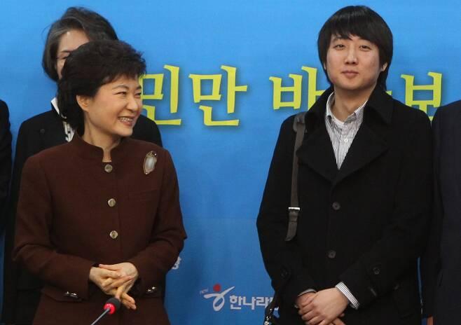 2011년 12월 27일 오후 서울 여의도 한나라당사에서 열린 첫 비대위 회의에서 비대위원 이준석 클라세스튜디오 대표가 한나라당 박근혜 비대위원장과 함께 웃고 있다./오종찬 기자