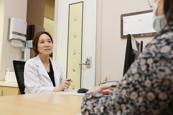 지난 10일 배승민 가천대길병원 교수가 진료를 보고 있다. 사진 길병원