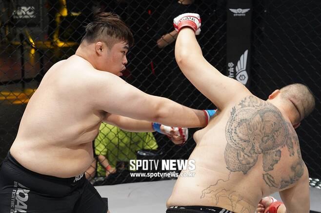 ▲ 류기훈이 오른손 카운터펀치를 터트려 허재혁에게 1R KO승을 거뒀다.