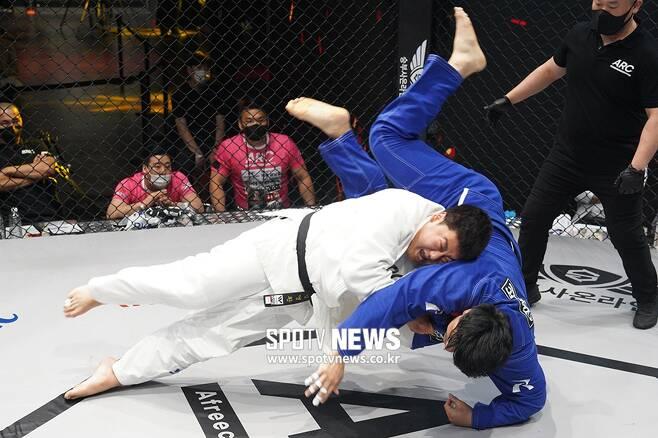 ▲ 거제폭격기(김영환)는 배동현과 유도 경기에서 업어치기로 한판승을 따냈다.