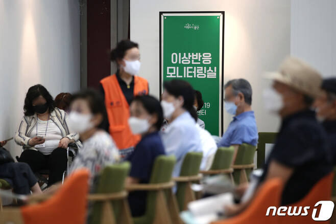 서울 용산구청에 마련된 신종 코로나바이러스 감염증(코로나19) 예방접종센터에서 백신 접종을 마친 시민들이 이상반응 모니터링실에서 휴식을 취하고 있다./뉴스1 © News1 이광호 기자