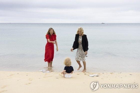 11일(현지시간) 미국 조 바이든 대통령 부인 질 바이든 여사와 영국 보리스 존슨 총리 부인 캐리 존슨 여사가 존슨 총리의 아들과 함께 해변에서 시간을 보내고 있다. [영국 총리실]