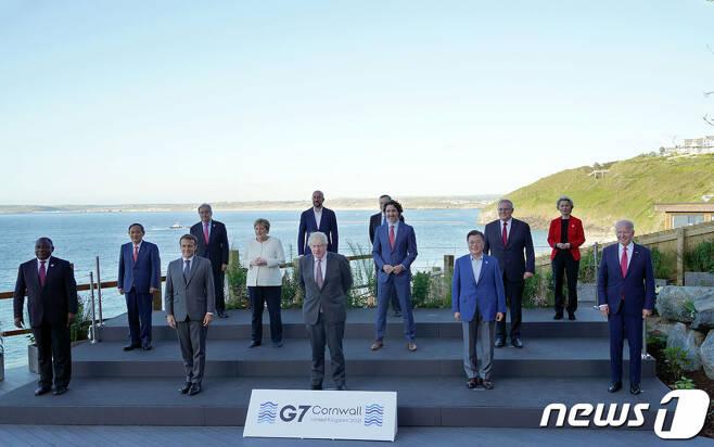 (서울=뉴스1) = G7 정상회의 참석차 영국을 방문중인 문재인 대통령(앞줄 오른쪽 두 번째)이 12일(현지시간) 영국 콘월 카비스베이 양자회담장 앞에서 참가국 정상들과 기념촬영을 하고 있다.(청와대 제공) 2021.6.13/뉴스1