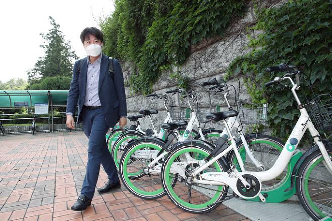 국민의힘 이준석 대표가 13일 공유형 자전거 따릉이를 세운 뒤국회에 출근하고 있다. 공동취재사진