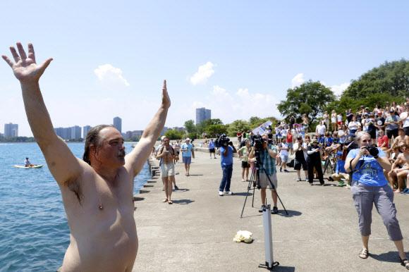 정말로 별 걸 다 보겠다고 댄 오코너의 365번째 입수 장면을 보기 위해 많은 사람들이 모여 들었다.시카고 AP 연합뉴스