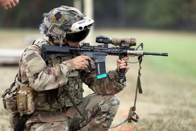 미 육군이 도입한 AR 헤드셋 'IVAS'를 착용하고 사격하는 병사. 전장 상황을 미리 파악하고 전투하기 때문에 아군 피해를 최소화하고 승리할 가능성이 높아진다. 미 육군 홈페이지