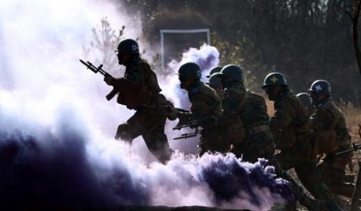 충남 논산 육군훈련소 훈련병들이 훈련장에서 각개전투 훈련을 받는 모습. AI 참모 기술이 발전하면 이런 방식의 전투나 훈련은 사라질 지도 모른다. 연합뉴스