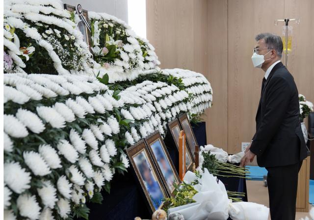 문재인 대통령이 지난 6일 경기 성남시 국군수도병원에 마련된 공군 성추행 피해 부사관의 추모소를 찾아 조문하고 있다. /연합뉴스