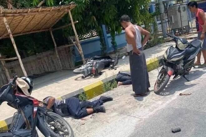 시민방위군(PDF)의 공격을 받은 미얀마 경찰들이 쓰러진 모습. [미얀마 나우 캡처. 재판매 및 DB 금지]