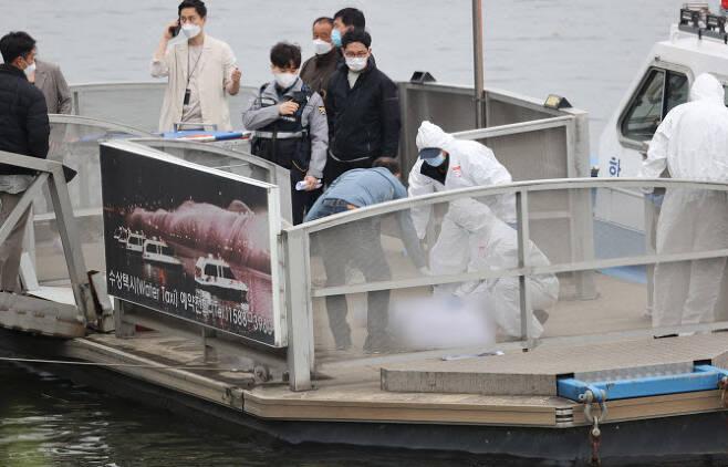 지난 4월30일 오후 서울 반포한강공원 인근 한강에서 구조대원들이 손정민 씨의 시신을 수습하고 있다. (사진=연합뉴스)