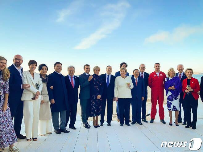 G7 정상회의 참석차 영국을 방문중인 문재인 대통령이 12일(현지시간) 영국 콘월 카비스베이에서 참가국 정상 내외들과 영국 특수비행팀 '레드 애로우'의 G7 정상회의 축하 비행을 관람한 뒤 기념촬영을 있다.(청와대 페이스북) 2021.6.13/뉴스1