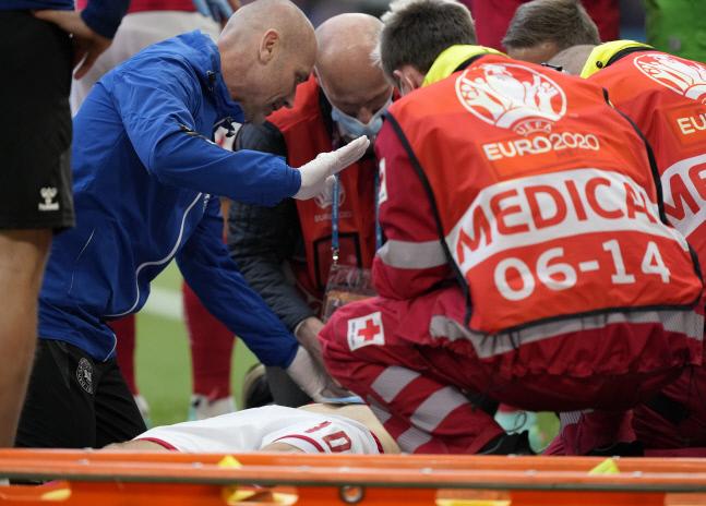 덴마크 대표팀 의료진이 쓰러진 크리스티안 에릭센을 위해 응급처치를 하고 있다. 코펜하겐 | AP연합뉴스