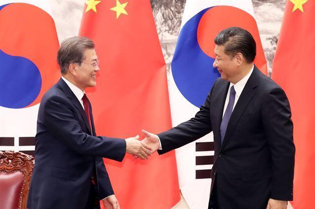 문재인 대통령과 시진핑 중국 국가주석이 2017년 12월 14일 중국 베이징 인민대회당에서 만나 악수하고 있다. 베이징=연합뉴스