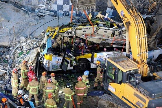 지난 9일 오후 4시22분쯤 광주 동구 학동 재개발지역에서 철거 중이던 5층 건물 1동이 무너져 시내버스 등을 덮쳤다. 처참하게 찌그러진 시내버스 모습. 뉴스1