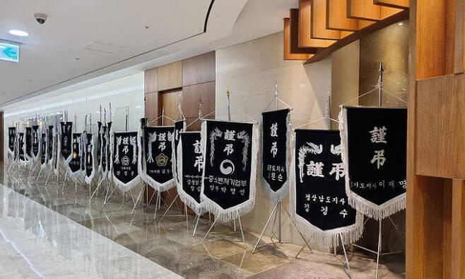 방송인 김어준씨의 부친상 빈소가 마련된 서울 신촌세브란스병원 장례식장에 13일 여권 인사들이 보낸 근조기 20여개가 놓여 있다. 연합뉴스