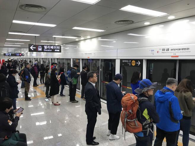 신분당역 미금역에서 승객들이 지하철을 기다리고 있다.(사진=연합뉴스)