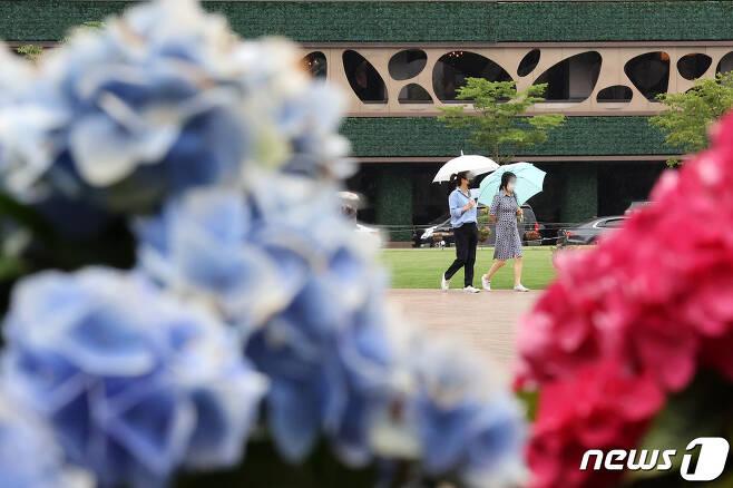 수도권 지역에 비가 내린 3일 오후 서울시청 인근에서 시민들이 우산을 쓴 채 걷고 있다. 2021.6.3/뉴스1 © News1 조태형 기자