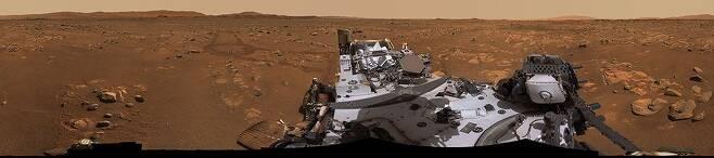 로버 퍼서비어런스의 카메라로 주변을 파노라마로 촬영한 모습. 로버는 지난 1일부터 착륙지 남쪽으로 이동하면서 생명체 탐사 임무를 시작했다./NASA