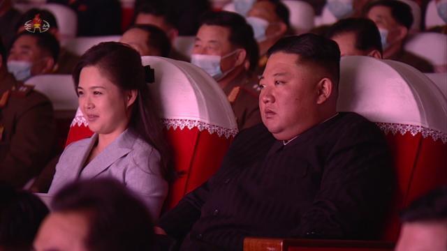 북한 조선중앙TV는 김정은 국무위원장이 지난달 5일 부인 리설주, 당·군 고위간부들과 함께 만수대예술극장에서 군인가족예술소조공연을 관람했다고 보도했다. 조선중앙TV 캡처