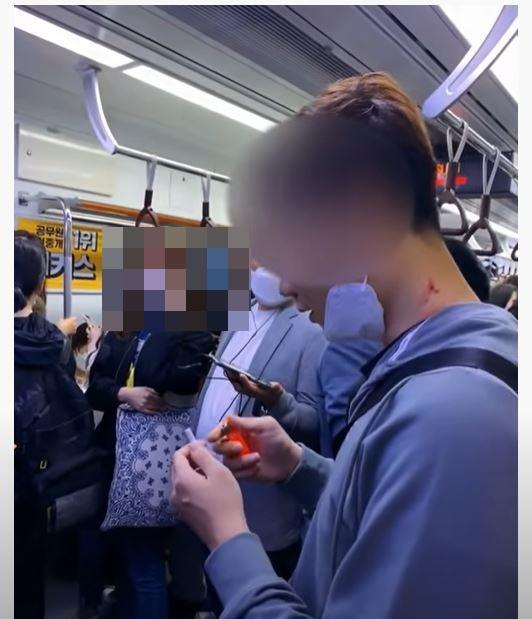 5일 유튜브 채널 '꿈을 꾸는 소년'에 올라온 영상으로, 지하철 4호선 전동차 안에서 한 남성이 담배를 피우는 모습. 이 남성은 다른 승객의 제지로 담배가 바닥에 떨어지자 주머니에서 다시 담배 한 개비를 꺼내고 있다. 유튜브 캡처