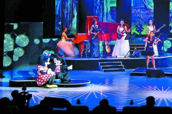 북한의 모란봉 악단이 2012년 7월 공연 도중 미키마우스를 등장시켰다 [중앙포토]