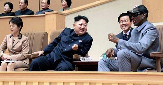 김정은 국무위원장이 2014년 평양체육관에서 미국프로농구(NBA) 출신 데니스 로드먼 일행과 북한 횃불팀의 농구경기를 관람하고 있다. [노동신문]