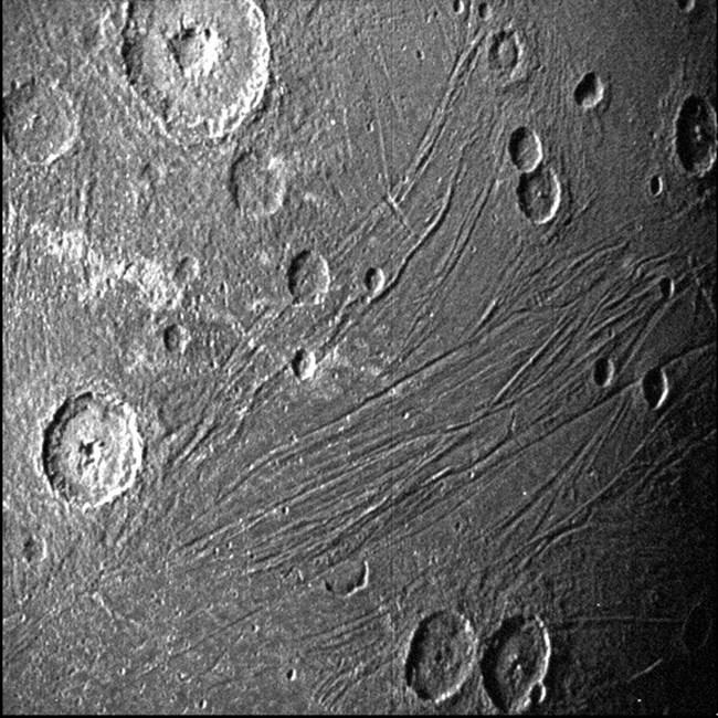 내비게이션용 카메라로 포착한 가니메데의 뒷면. 태양 빛을 직접 받지는 못하고 목성에 반사된 희미한 빛이 스며드는 위성의 뒷면을 흑백으로 촬영했다.사진=NASA/JPL-Caltech/SwRI