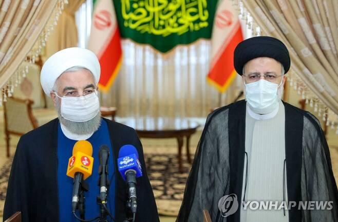 라이시 당선인 만난 로하니(좌) 이란 대통령 [AFP=연합뉴스]