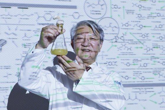 이상엽 교수가 미생물로부터 화학제품을 생산하는 모든 경로를 세계 최초로 총 정리한 '바이오 기반 화학물질 합성지도'를 설명하고 있다. 프리랜서 김성태