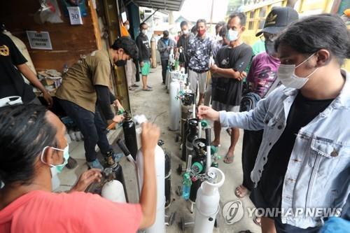 자카르타 의료용 산소통 충전 가게에 늘어선 줄 [EPA=연합뉴스]