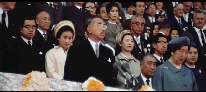 제124대 히로히토 일왕이 1964년 10월 10일 아시아 첫 대회인 도쿄올림픽의 개회를 선언하고 있다.