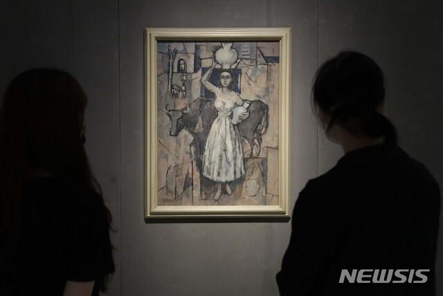 [서울=뉴시스]박진희 기자 = 국보와 보물이, 현대미술이 같은 공간에서 마주한 'DNA: 한국미술 어제와 오늘' 전시를 앞둔 6일 서울 국립현대미술관 덕수궁 미술관에서 운영요원들이 박영선 작가의 '소와 소녀' 작품을 살펴보고 있다. 이 작품은 이건희 컬렉션이다. 전시는 오는 8일부터 10월 10일까지. 2021.07.06. pak7130@newsis.com