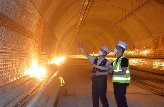 지난달 29일 충남 보령시 대천항과 원산도를 잇는 국내에서 최장(길이 6927m)인 보령해저터널 안에서 이상빈 감리단장(오른쪽)과 권현수 현대건설 팀장이시설을 살펴보고 있다. 세계에서 다섯 번째로 긴 이 해저터널은 NATM 공법이 사용됐으며, 올 연말 개통될 예정이다. 프리랜서 김성태