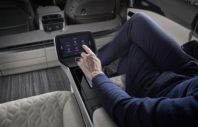탑승객은 후석 시트 사이에 배치된 7인치 터치식 통합 컨트롤러 또는 스마트폰 전용 애플리케이션을 통해 시트와 후석 조명 및 공조, 21.5인치 스마트 모니터, 2열 좌측 전면부 하단에 위치한 발 마사지기 등을 통합 컨트롤러에서 간편하게 제어할 수 있다.