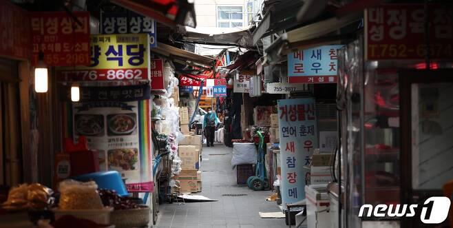 수도권 지역에 사회적 거리두기 4단계가 시작된 가운데 13일 서울 남대문시장이 한산하다.2021.7.13/뉴스1 © News1 신웅수 기자