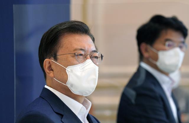 ムン・ジェイン大統領が14日、大統領府で開かれた第4回韓国版ニューディール戦略会議に出席している。 青瓦台を提供する。 聯合ニュース