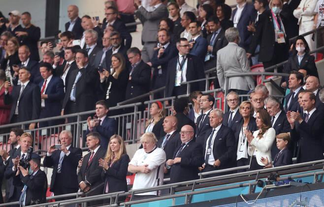 7월11일 영국 런던에서 열린 이탈리아와 영국의 UEFA 유로 2020 결승전에서 존슨 총리(가운데 흰옷)를 비롯한 영국 관중들이 마스크 없이 경기를 응원하고 있다.ⓒEPA 연합