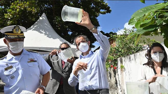 라파엘 그로시 IAEA 사무총장이 16일 브라질 헤시피에서 열린 거세모기 방사행사에 참석했다. D. Calma/IAEA
