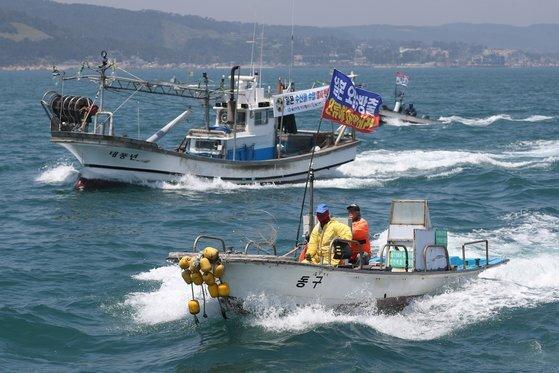 지난 5월 19일 오후 울산 앞바다에서 어업인들이 배를 타고 일본 정부의 후쿠시마 원전 오염수 방류를 규탄하는 해상 시위를 하고 있다. 연합뉴스